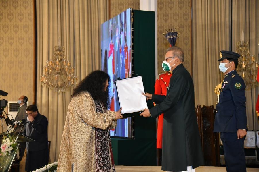 President Arif Alvi with Abida Parveen